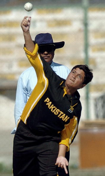 Karachi, PAKISTAN:  Pakistani bowler Sajjida Shah bowls during the second Women's Asia Cup match against India at the National Stadium in Karachi, 30 December 2005.  India won by 193 runs. AFP PHOTO/ Rizwan TABASSUM  (Photo credit should read RIZWAN TABASSUM/AFP/Getty Images)